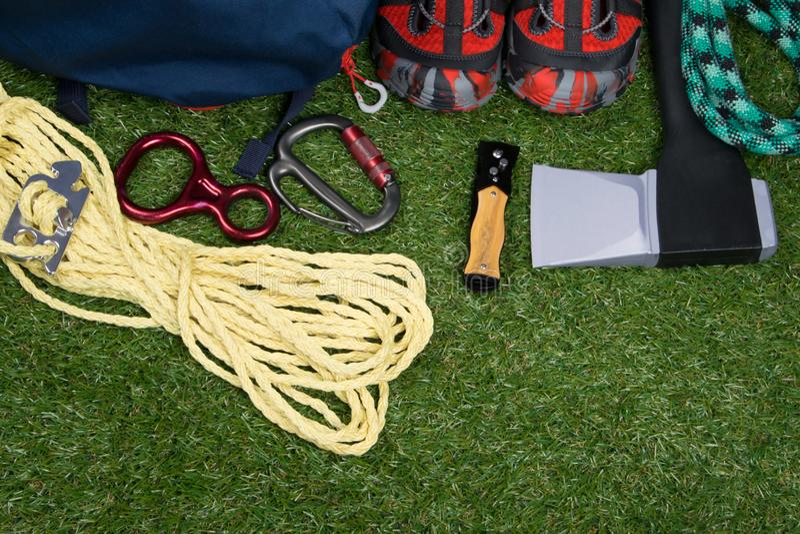 Los deportes fijaron para los deportes extremos, en césped verde, hacha, cuerda, carabinas fotografía de archivo libre de regalías