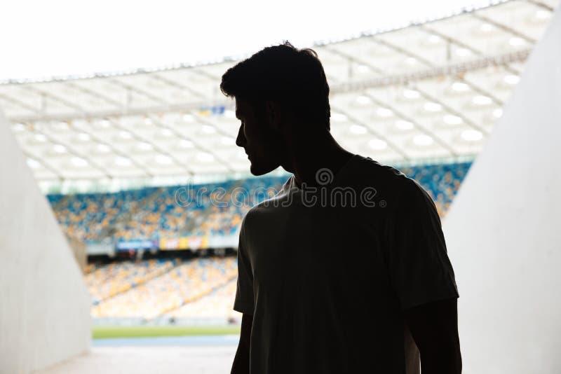 Los deportes jovenes sirven la situación en el estadio al aire libre imagen de archivo libre de regalías