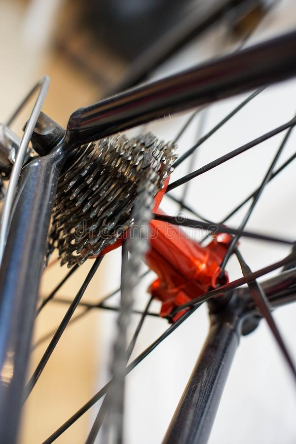 Los deportes montan en bicicleta el eje trasero rojo con competir con los engranajes del casete imágenes de archivo libres de regalías