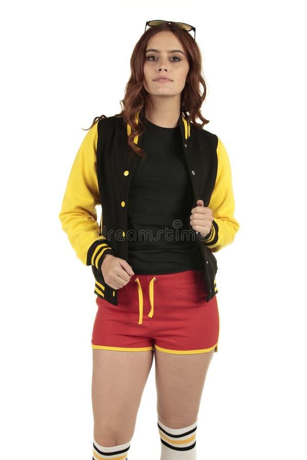Los deportes retros coloreados negros y rojos amarillos llevan con un espacio vacío en la camisa negra para que usted añada su ma imágenes de archivo libres de regalías