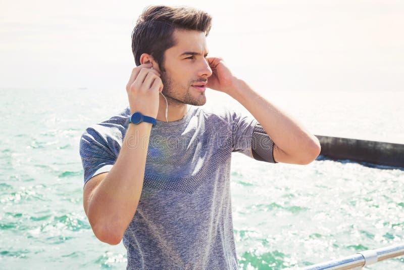 Los deportes sirven la situación con los auriculares al aire libre imágenes de archivo libres de regalías