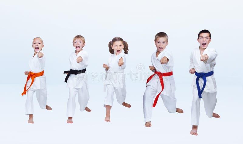 Los deportistas en karategi están batiendo el brazo del sacador imagen de archivo