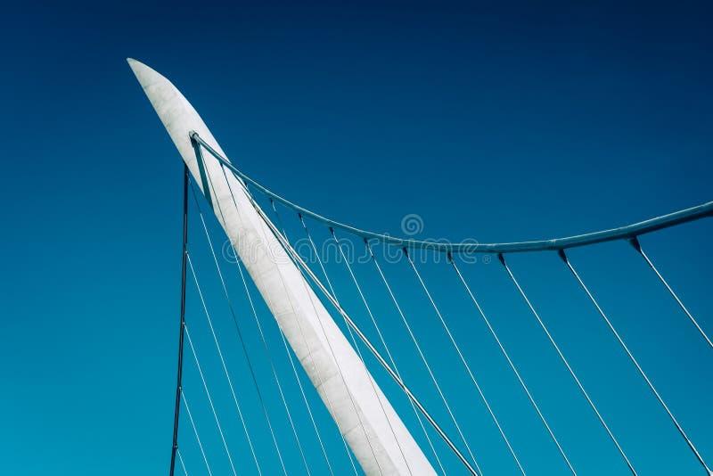 Los detalles arquitectónicos del puerto conducen el puente peatonal en S fotografía de archivo libre de regalías