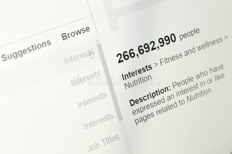 Los detalles de la audiencia estimaban basado en el módulo del encargado de anuncios del facebook imágenes de archivo libres de regalías