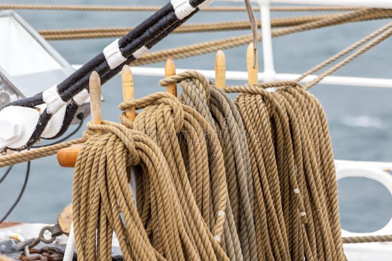 Los detalles del equipo marino ropes y los lazos para los veleros foto de archivo libre de regalías