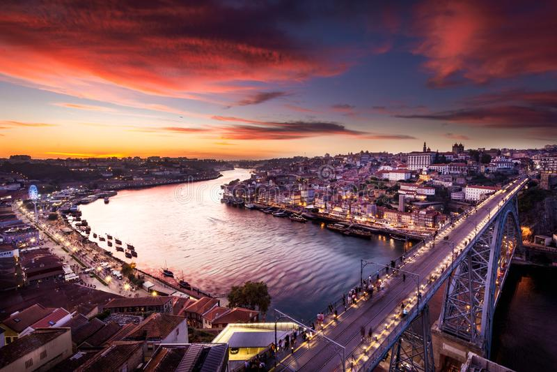 Los detalles del scape de la ciudad de Oporto por puesta del sol y toda es edificios históricos imágenes de archivo libres de regalías