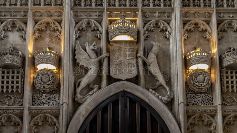 Los detalles interiores arquitectónicos de la piedra tallaron el escudo de armas sobre la entrada principal de reyes College Chap fotos de archivo