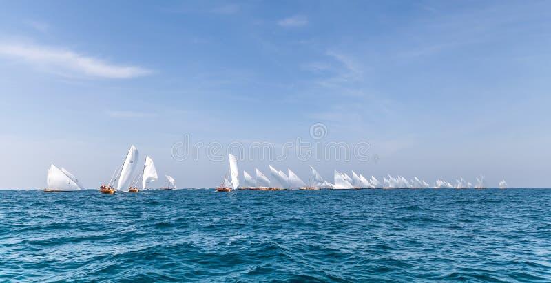 Los dhows navegantes tradicionales compiten con de nuevo a Abu Dhabi en 60 pies del Dhow de raza de la navegación foto de archivo libre de regalías
