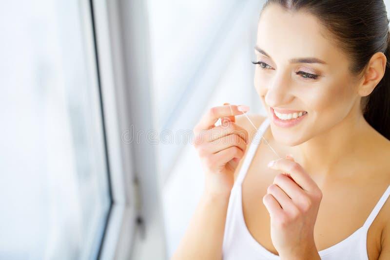 Los dientes hermosos de la mujer joven se cierran para arriba con el espacio de la copia en el lado derecho Aislado sobre fondo v imágenes de archivo libres de regalías