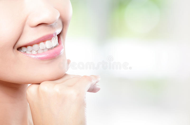 Los dientes hermosos de la mujer joven se cierran para arriba fotografía de archivo