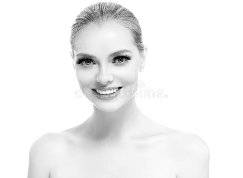 Los dientes sanos sonríen cierre hermoso de la cara de la mujer encima del monocromo fotografía de archivo
