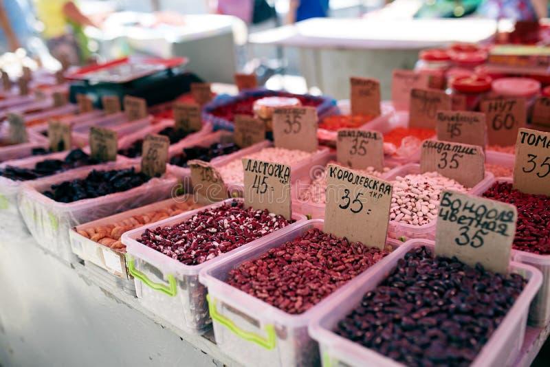 Los diferentes tipos de habas y de frutas secadas en venta en el verano local de los granjeros comercializan al aire libre Alimen fotos de archivo