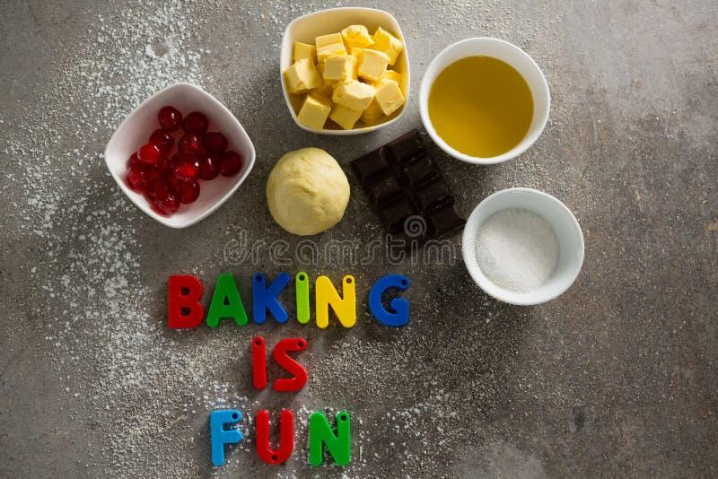Los diversos ingredientes y el alfabeto de la hornada que forman la hornada es diversión fotos de archivo libres de regalías