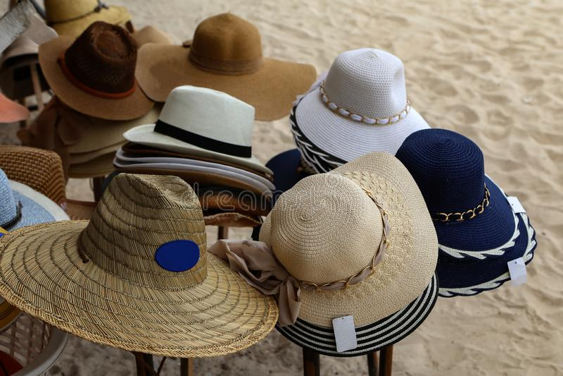 Los diversos sombreros para mujer se alinean en venta foto de archivo