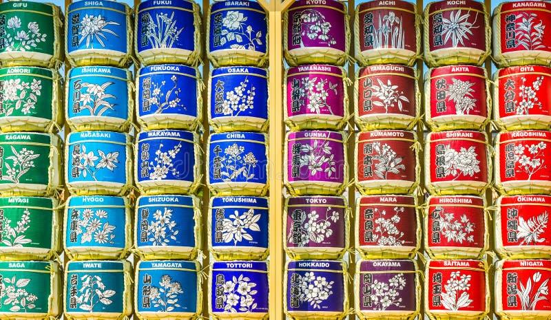 Los diversos tipos de té en los potes del metal expuestos para la venta en un té chino hacen compras en Milán imágenes de archivo libres de regalías