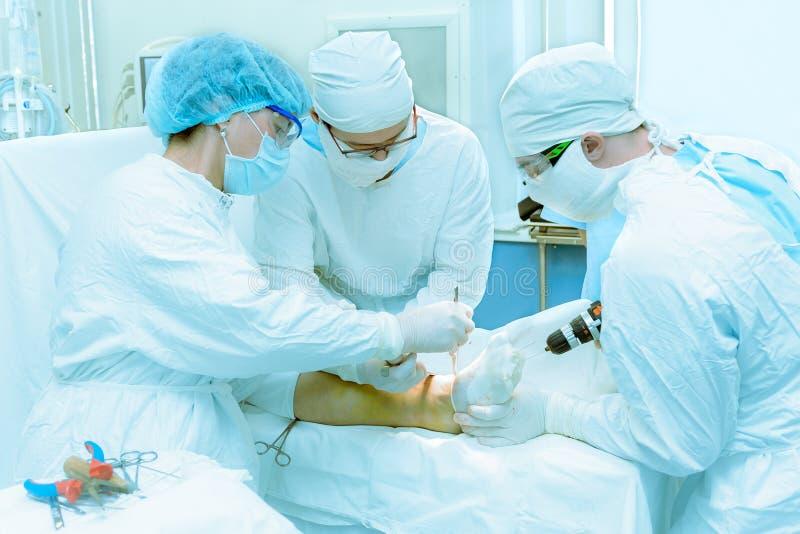 Los doctores actúan encendido a un paciente fotografía de archivo libre de regalías