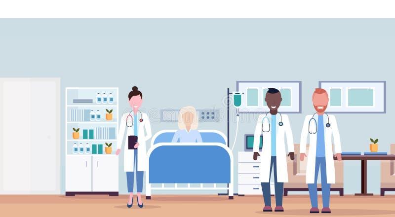 Los doctores de la raza de la mezcla combinan el sitio de hospital intensivo de mentira del concepto de la atención sanitaria de  ilustración del vector