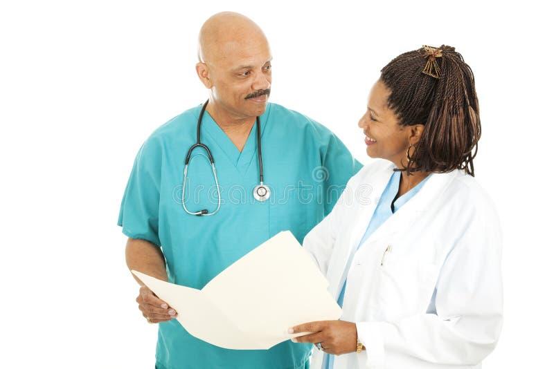 Los doctores Discussing Chart foto de archivo libre de regalías
