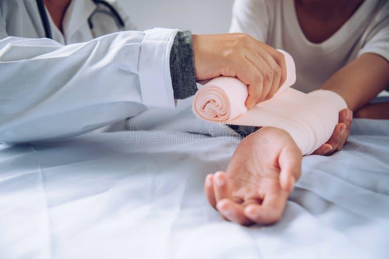 Los doctores están tratando a pacientes con lesiones del brazo imagen de archivo libre de regalías