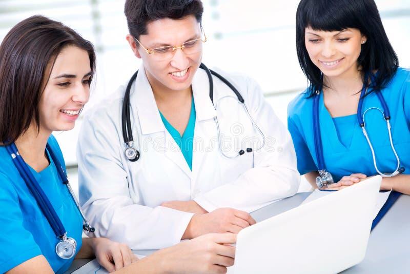 Download Los Doctores Trabajan En Un Hospital Foto de archivo - Imagen de médico, cooperación: 42430866