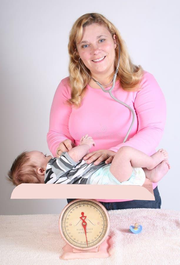 Los doctores visitan para el bebé imagenes de archivo
