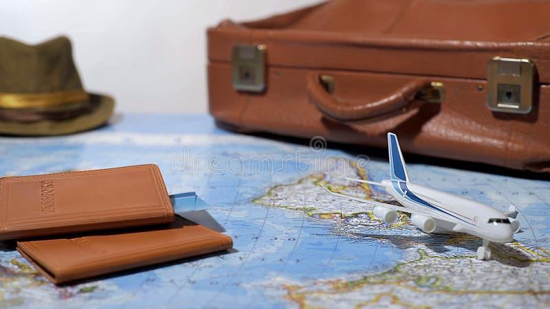 Los documentos de viaje y el equipaje embalaron para el viaje en avión, vacaciones de verano, turismo fotos de archivo