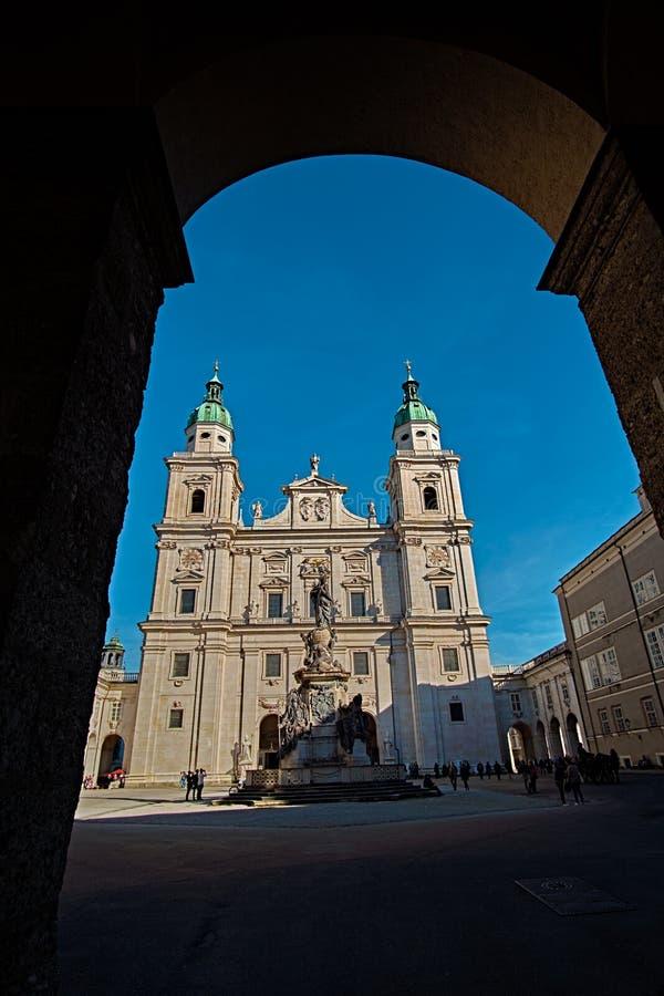 Los Dom de la catedral o de Salzburger de Salzburg con la fuente son la iglesia católica romana barroca del siglo XVII en Salzbur fotografía de archivo