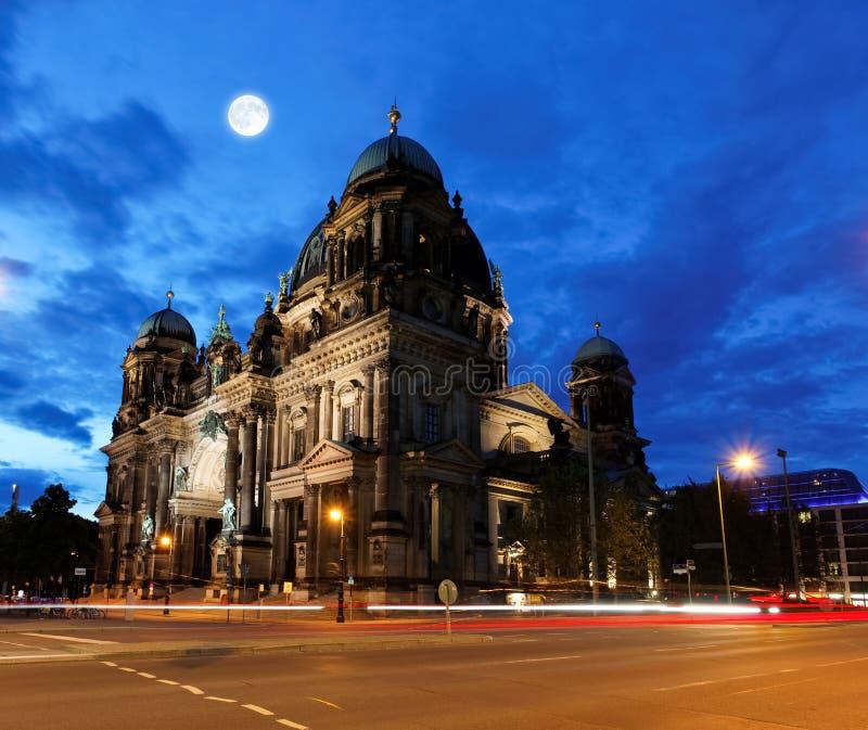 Los Dom del berlinés en la noche en Berlín imagenes de archivo