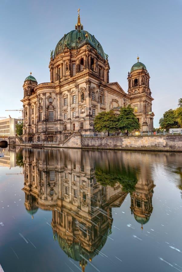 Los Dom del berlinés y la diversión del río foto de archivo libre de regalías