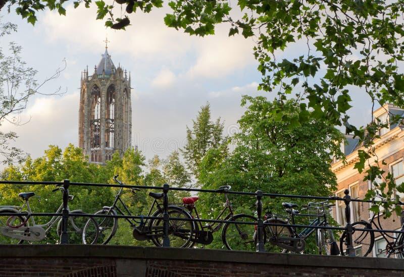 Los Dom se elevan y las bicicletas en Utrecht, Países Bajos fotos de archivo