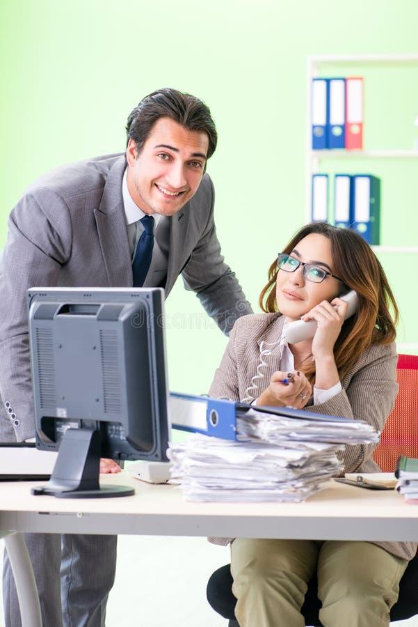 Los dos colegas que trabajan en la oficina fotos de archivo libres de regalías