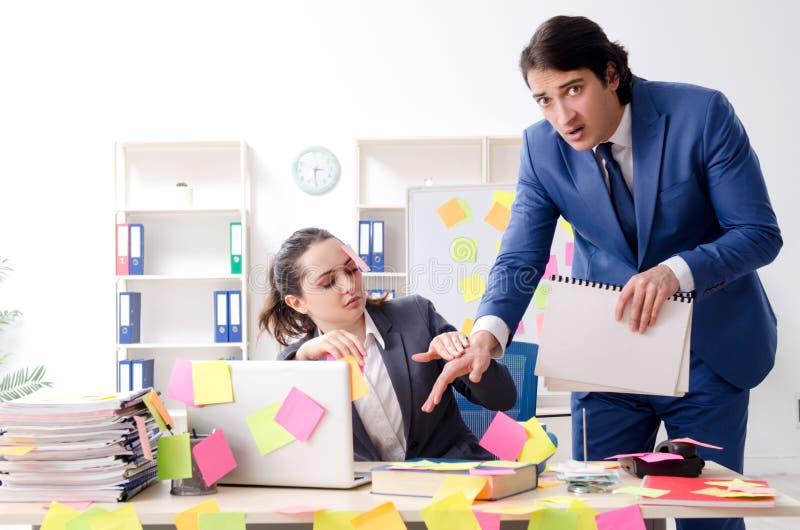 Los dos empleados de los colegas que trabajan en la oficina imagen de archivo libre de regalías