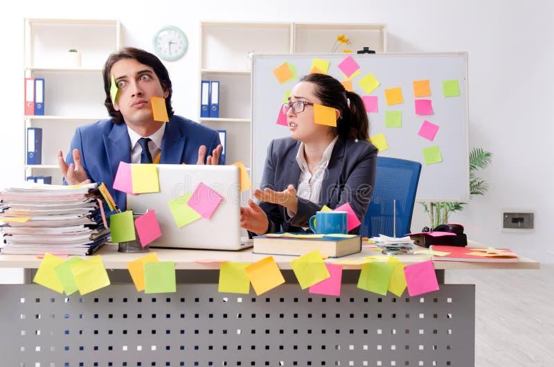 Los dos empleados de los colegas que trabajan en la oficina foto de archivo