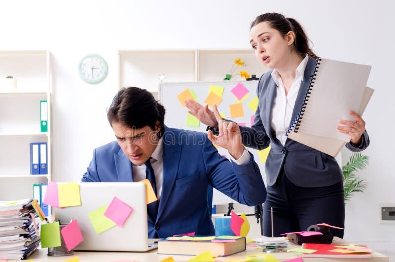 Los dos empleados de los colegas que trabajan en la oficina imagenes de archivo