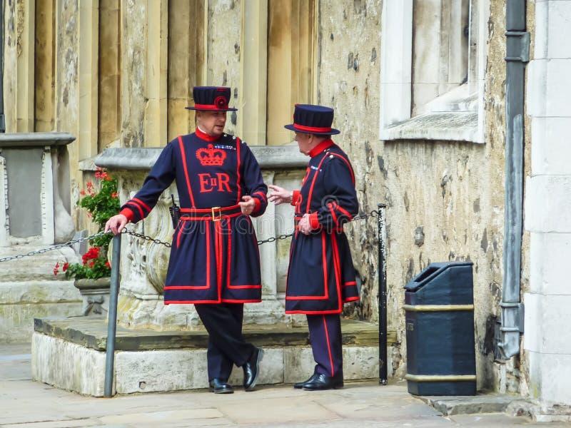 Los dos guardias de la torre de Londres y del comedor de la carne de vaca del rey imágenes de archivo libres de regalías