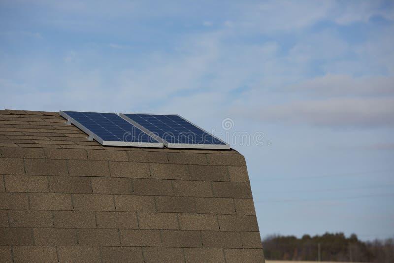 Los dos paneles solares en pequeño outbarn foto de archivo