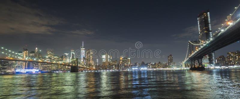 Los dos puentes más famosos de Nueva York son el puente de Brooklyn y el puente de Manhattan Contra la perspectiva de imagenes de archivo