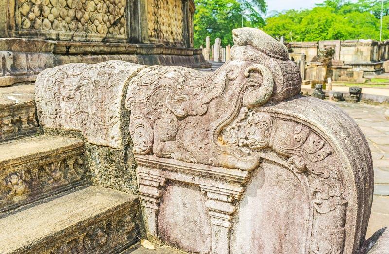 Los dragones de piedra tallados adornan tradicionalmente los carriles en imágenes de archivo libres de regalías