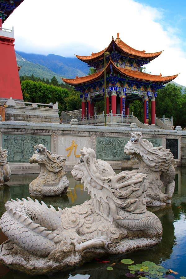 Los dragones místicos budistas en el monasterio de Chongshen. imágenes de archivo libres de regalías