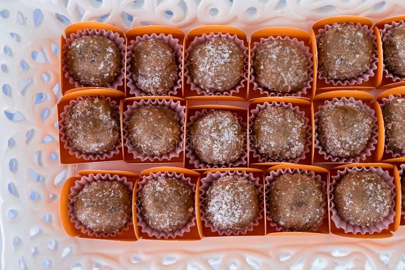 Los dulces brasileños llamaron el brigadeiro, distribuido en la tabla del partido que se consumirá imagen de archivo