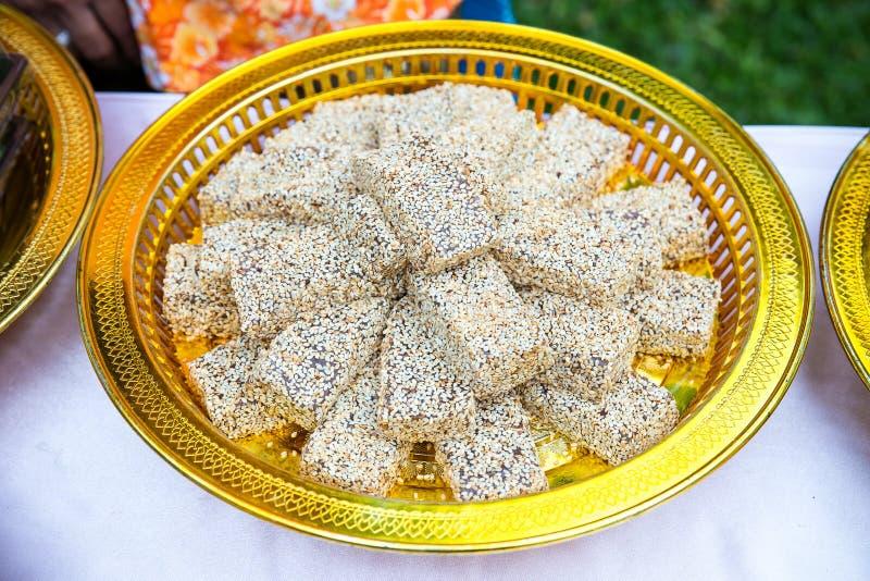 Los dulces chinos de la boda, ingredientes son azúcar, sésamo negro y polvo imágenes de archivo libres de regalías