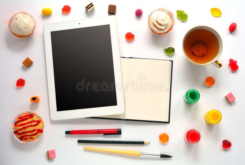 Los dulces imitan para arriba con el cuaderno y la tableta fotografía de archivo