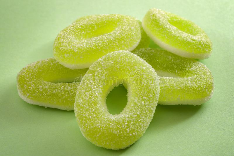 Los dulces y la manzana cauchutosos condimentaron concepto gomoso del caramelo con cierre para arriba en los anillos verdes agrid fotografía de archivo libre de regalías