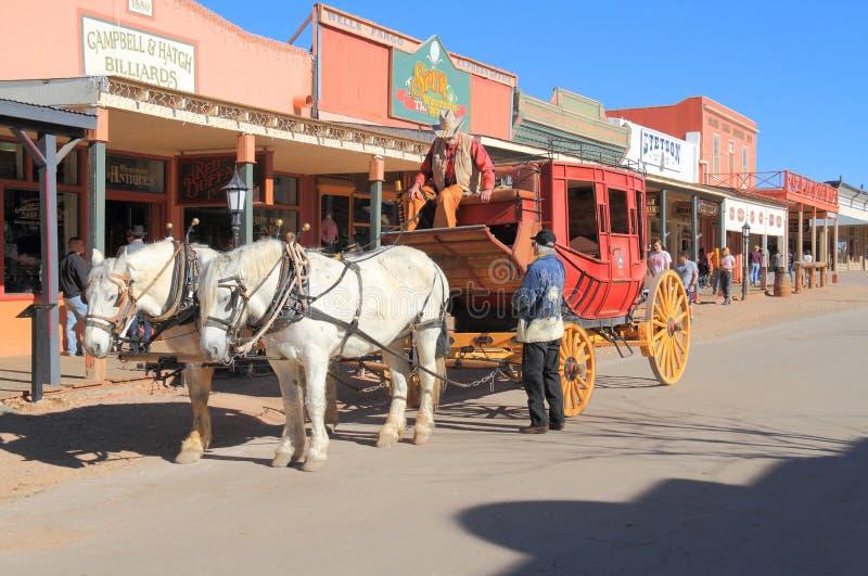 LOS E.E.U.U., AZ: Viejo oeste - diligencia en calle histórica imagen de archivo libre de regalías