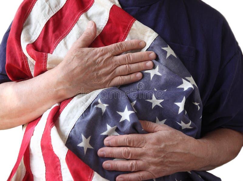 Los E.E.U.U. señalan por medio de una bandera sostenido por un veterano imagen de archivo