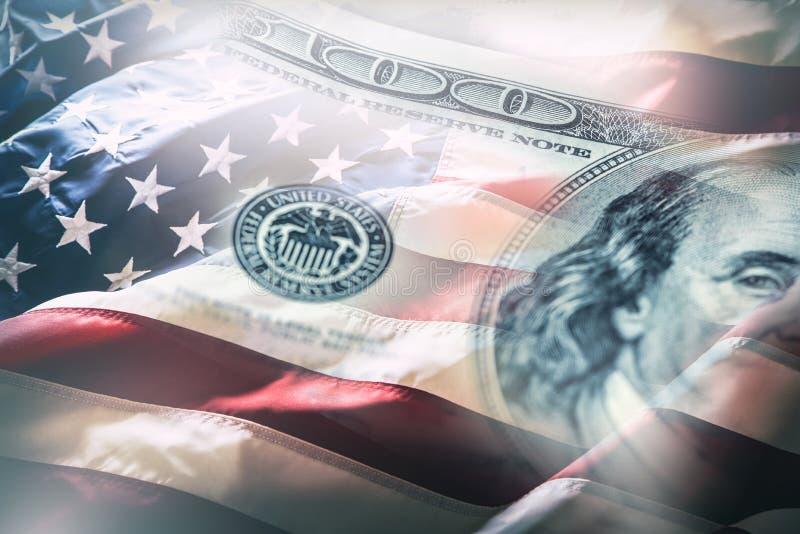 Los E.E.U.U. señalan por medio de una bandera y los dólares americanos Bandera americana que sopla en el viento y 100 dólares de  imagen de archivo