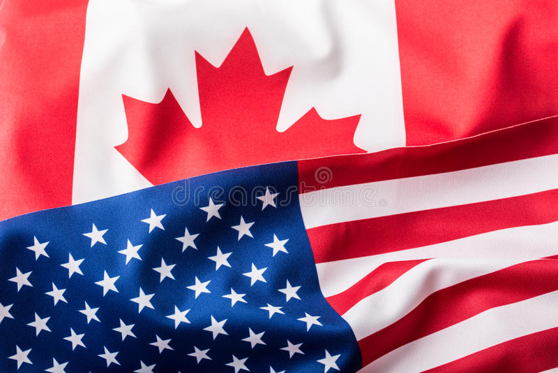 Los E.E.U.U. y Canadá Los E.E.U.U. señalan por medio de una bandera y bandera de Canadá foto de archivo libre de regalías