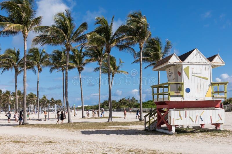 LOS E.E.U.U., LA FLORIDA, MIAMI 18 de febrero de 2018 Torre del salvavidas en una cuesta fotografía de archivo