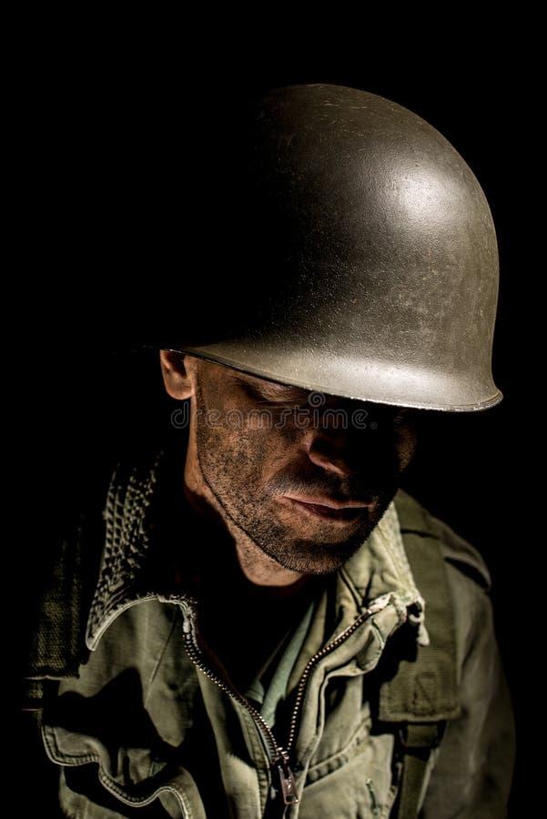 Los E.E.U.U. Marine Vietnam War con la cara cubierta en fango foto de archivo