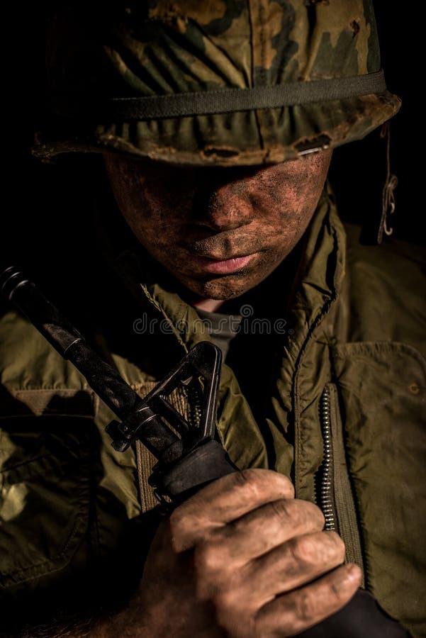 Los E.E.U.U. Marine Vietnam War que sostiene M16 imagenes de archivo